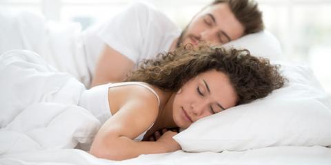 Ein Pärchen liegt im Bett und schläft
