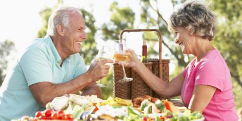 Älteres Ehepaar mit Schluckbeschwerden beim Picknick