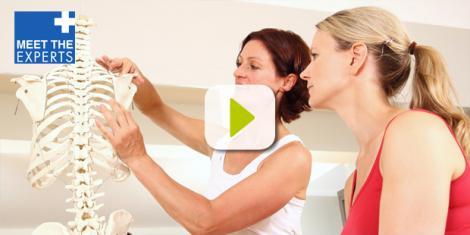 Zwei Frauen sprechen über Schulter