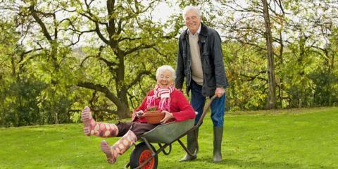 Älteres Paar fröhlich bei der Gartenarbeit