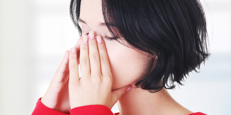 Frau mit Sinusitis