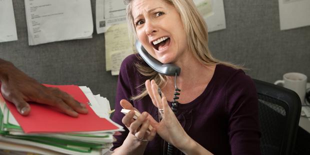Eine Frau hat Stress im Büro