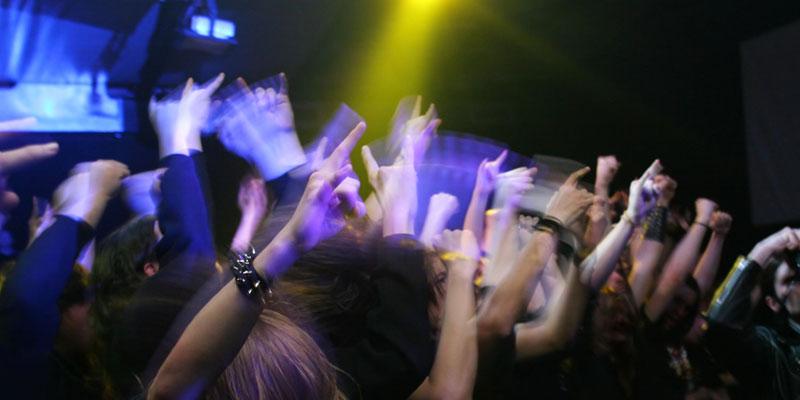 Tinnitus-Ursachen: Lärmschäden, z. B. durch zu lautes Konzert
