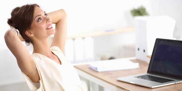 Eine Frau träumt im Büro