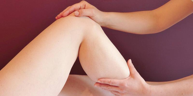 Arzt untersucht Bein
