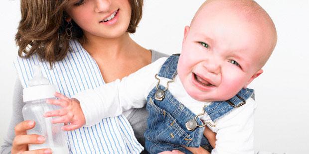 Wenn das Baby nach dem Füttern schreit und sich stark überstreckt, ist meist Reflux die Ursache